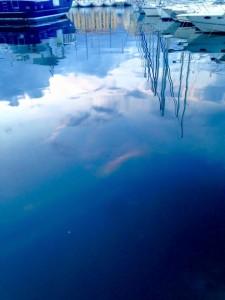 Il cielo riflesso nelle acque del Vieux Port.