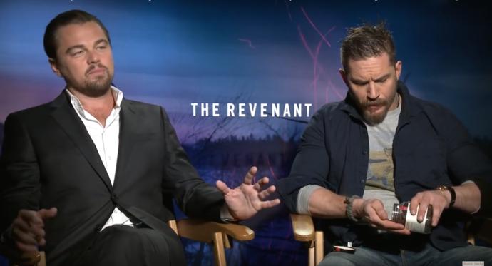 Leo spiega la filosofia del film; Tom è troppo distratto dai cioccolatini gratis. IDOLO
