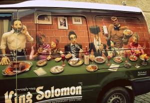 Il furgone di un ristorante ebraico, su cui è raffigurato anche un maggiordomo-Golem