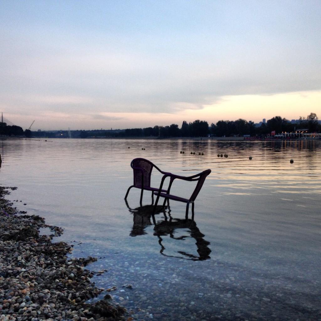 Ada Cingalije. Il mare dei Belgradesi. Una birra e i piedi nell'acqua per attendere la fine della giornata.