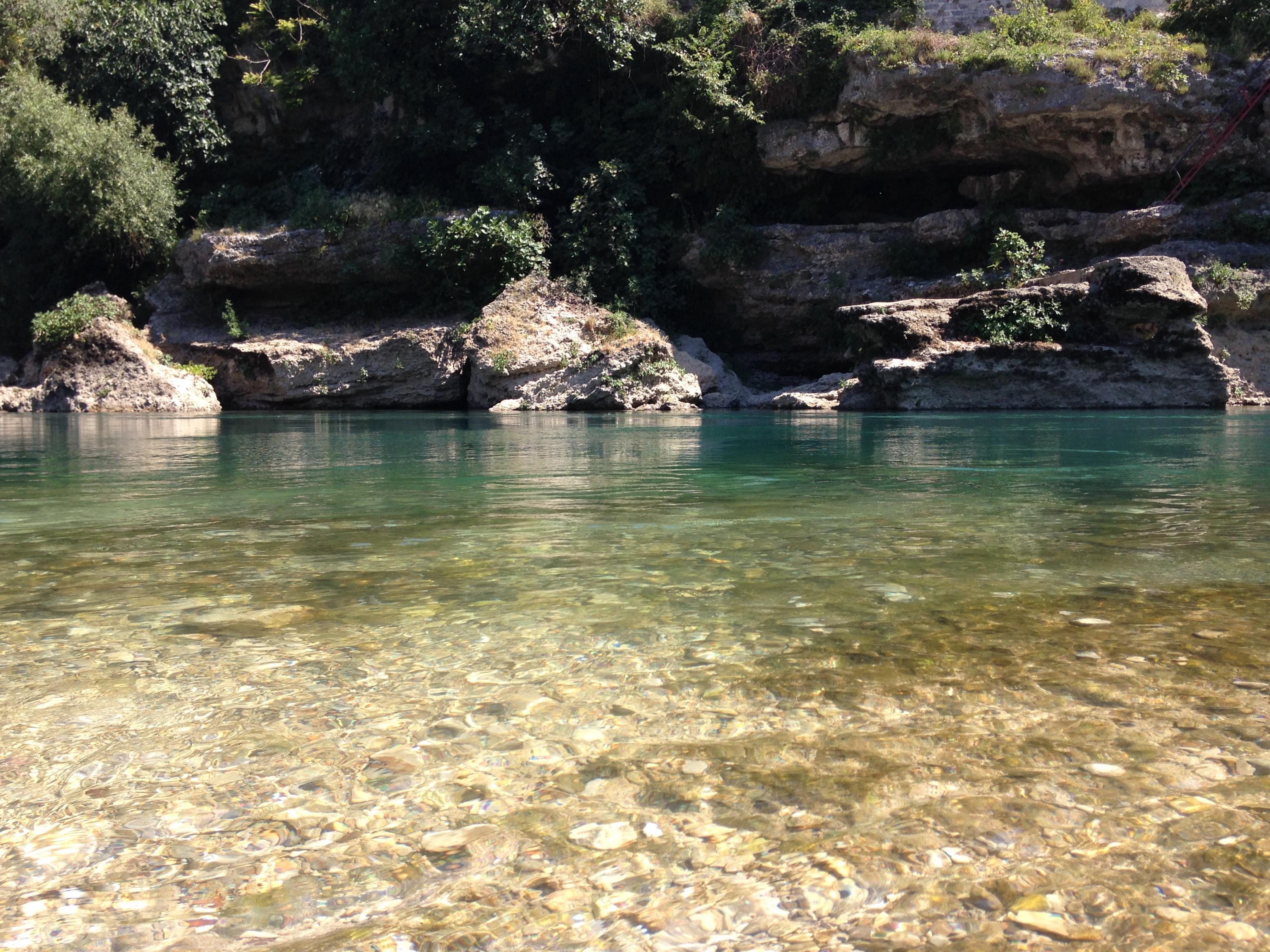 Il bagno nelle acque gelide e trasparenti della Neretva.