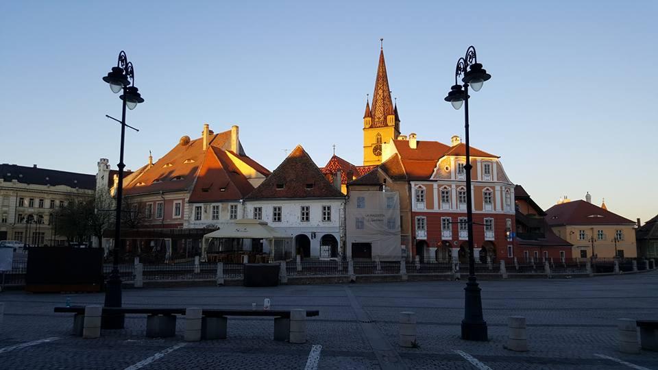 Piata Mica e il campanile, la mattina presto